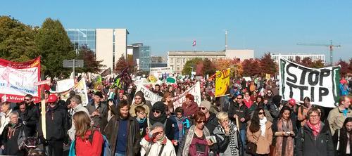 Auch Gewerkschafter der DGB-Region Südwestfalen zeigten in Berlin Flagge gegen die geplanten Freihandelsabkommen.
