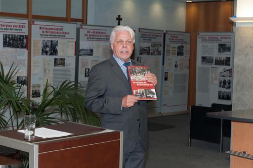 Rudolf Tschirbs führt durch Ausstellung