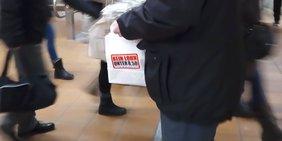 Ein Jahr Mindestlohn Pendleraktion Tüte im Bahnhof