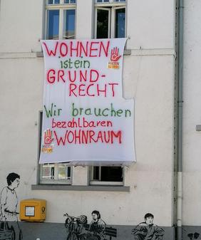 Ein Banner des Bündnisses am Haus der Wohnungslosenhilfe, In der Herrenwiese 5 in Weidenau