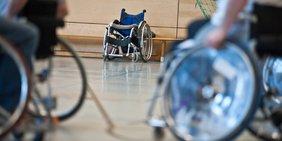 Rollstuhlfahrer - im Hintergrund leerer Rollstuhl